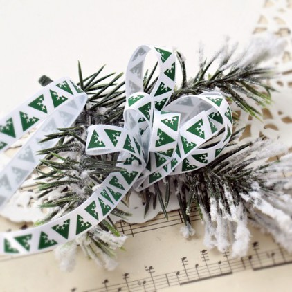Wstążka satynowa biała w geometryczne zielone choinki