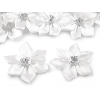 Satynowy kwiatek z serduszkiem - biały