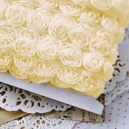 Róże na tiulu - waniliowe - 1 metr taśmy
