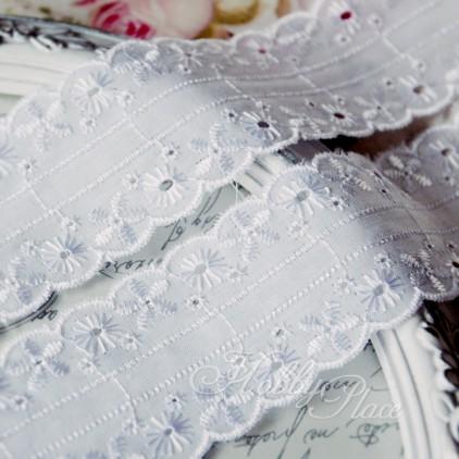 Koronka wyszywana, haft angielski - szerokość 4,5 cm - biała - 1 metr