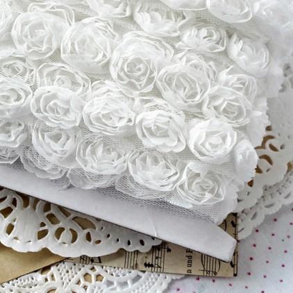 Róże na tiulu - białe - 1 metr taśmy