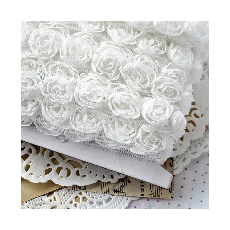 Róże na tiulu - białe