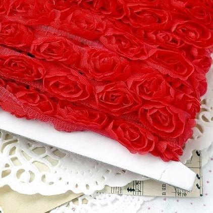 Róże na tiulu - czerwone