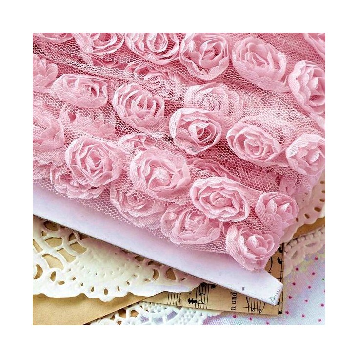 Róże na tiulu - różowe
